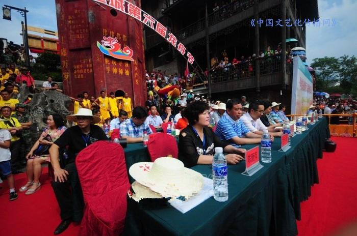 几十万民众围观边城(秀山)龙舟赛